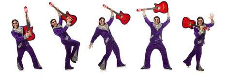 Mężczyzna w śmiesznej ubraniowej mienie gitarze odizolowywającej na bielu Obrazy Royalty Free