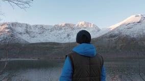Mężczyzna, w średnim wieku atleta, spotyka zmierzch w górach Podziwia odbicie słońce i góry zbiory