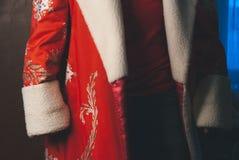 Mężczyzna w Święty Mikołaj odziewa, młody Święty Mikołaj żadny twarz zdjęcie stock