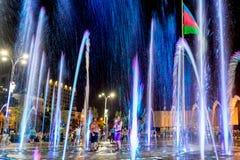 Mężczyzna w światłach fontanna zdjęcia royalty free