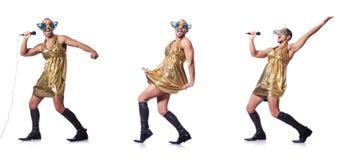 Mężczyzna w żeńskim ubraniowym śpiewie z mic zdjęcia stock