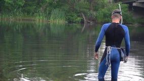 Mężczyzna w akwalung przekładni i maski stojaki w rzece zdjęcie wideo