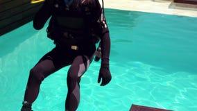Mężczyzna w akwalungu pikowaniu w basenie zbiory