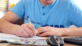 Mężczyzna w błękitnej koszulki odliczających dolarach i podsadzkowej podatek formie zdjęcie wideo