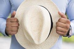 Mężczyzna w błękitnym koszulowym mieniu z ręka białym łozinowym kapeluszem Fotografia Royalty Free