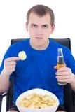Mężczyzna w błękitnym ogląda tv z układami scalonymi i piwem odizolowywającymi na bielu Obrazy Stock