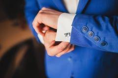 Mężczyzna w białej koszula w okno stawia dalej cufflinks Zdjęcie Stock
