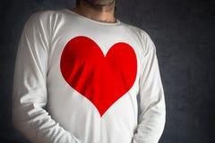Mężczyzna w białej koszula z dużym czerwonym sercem drukującym obraz stock