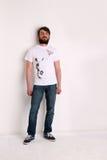 Mężczyzna w białej koszulce z dowcipnisiem i balonem Zdjęcie Stock