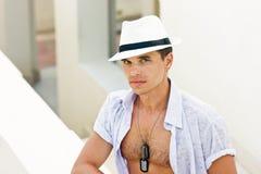 Mężczyzna w białym kapeluszu Zdjęcia Royalty Free