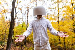 Mężczyzna w bielu krystalicznego puchar na jego głowie podczas gdy być nadmierny ekspresyjny zdjęcie royalty free