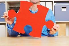Mężczyzna w biurowym mienie wyrzynarki łamigłówki kawałku zdjęcia stock