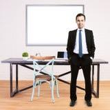 Mężczyzna w biurze z whiteboard Obraz Stock