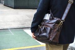 Mężczyzna w biznesowym kurtki odprowadzeniu w miastowej ulicie z bvrown l zdjęcia royalty free