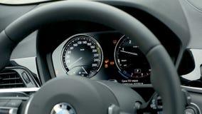 Mężczyzna w BMW x2 2018 początku parowozowym guziku samochodowej konsoli deski rozdzielczej elektroniczna nawigacja zdjęcie wideo