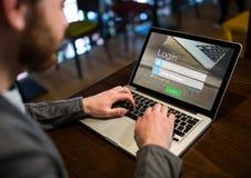Mężczyzna w bufecie z laptopem z nazwa użytkownika ekranem zdjęcie royalty free