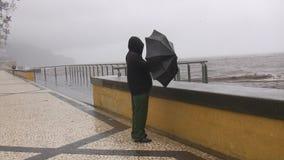 Mężczyzna w burzy morzem zdjęcie wideo