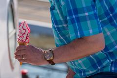 Mężczyzna w chequed koszula kupuje rapsberry lody Obraz Stock