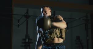 Mężczyzna w ciężar kamizelki szkoleniu z ciężar kamizelką zbiory wideo