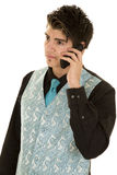 Mężczyzna w czarnego kostiumu błękitnej kamizelce słucha na telefonie Obrazy Stock