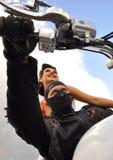 Mężczyzna w czarnej masce siedzi za kołem biały motocykl za on siedzi pięknej dziewczyny na tle niebieskie niebo obrazy stock