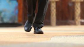 Mężczyzna w czarnych butach i spodniach zbiory wideo