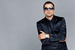 Mężczyzna w czarnych okularach przeciwsłonecznych i kostiumu Zdjęcia Royalty Free