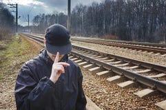 Mężczyzna w czerni, baseball nakrętce i kurtce przeciw pustych, Zdjęcia Royalty Free