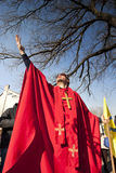 Mężczyzna w czerwonym biskupa kostiumu przy 'Busojaras' karnawał zima pogrzeb Obraz Stock
