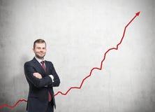 Mężczyzna w czerwonym krawacie i narastającym wykresie fotografia stock