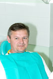 Mężczyzna w dentysty biura zakończeniu up Zdjęcie Stock
