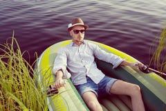 Mężczyzna w desce na jeziorze Obrazy Stock