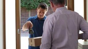 Mężczyzna w domu otwiera drzwi kurier dostarcza pakunek zbiory