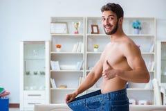 Mężczyzna w dużych rozmiarów spodniach w ciężar straty pojęciu zdjęcie royalty free