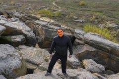 Mężczyzna w dyniowej masce w górach zdjęcia royalty free