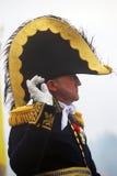 Mężczyzna w dziejowym kostiumu macha swój prawą rękę Obrazy Stock