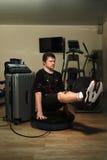 Mężczyzna w EMS kostiumu robić siedzi deskę na bosu piłce Zdjęcia Stock