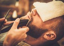 Mężczyzna w fryzjera męskiego sklepie Zdjęcie Stock