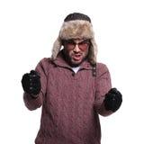 Mężczyzna w futerkowym kapeluszu i rzemiennych rękawiczkach jedzie imaginacyjnej rasy c Zdjęcia Stock
