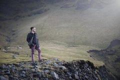Mężczyzna w górze, krajobrazie Iceland/ Zdjęcia Royalty Free