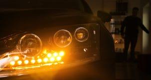 Mężczyzna w garażu samochodu usłudze Sprawdza samochodowego alarm i wtedy iść daleko zbiory