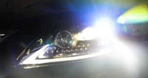 Mężczyzna w garażu samochodu usłudze Sprawdza samochodowego alarm i wtedy iść daleko zbiory wideo