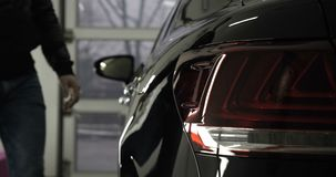 Mężczyzna w garażu samochodu usłudze Sprawdza samochodowego alarm i wtedy iść daleko zdjęcie wideo