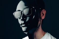 Mężczyzna w glansowanej czerni masce, okularach przeciwsłonecznych i Pracowniany horyzontalny portret w zakończeniu Fotografia Royalty Free