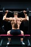 Mężczyzna w gym lub sprawności fizycznej studio na ciężar ławce Zdjęcie Stock