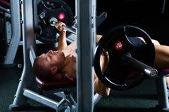 Mężczyzna w gym lub sprawności fizycznej studio na ciężar ławce Fotografia Royalty Free