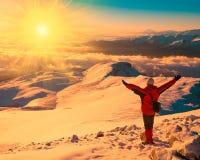 Mężczyzna w halnej zmierzch zimie unikalny promienie słoneczne Boże Narodzenia Zdjęcie Royalty Free