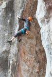 Mężczyzna w hełmie wspina się skałę Zdjęcie Stock