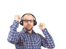 Mężczyzna w hełmofonach słuchają muzyka i śpiewają obraz royalty free