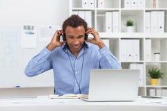 Mężczyzna w hełmofonach z laptopem Zdjęcia Stock